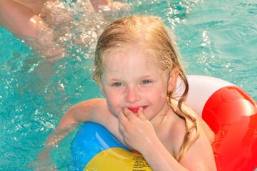 Mädchen freut sich im Wasser