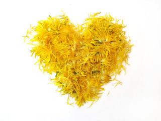 Сердце из желтых лепестков на белом фоне
