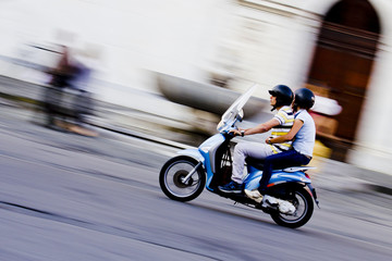 Scooter in movimento con due ragazzi