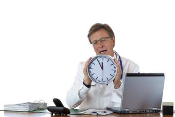 Gestresster, frustrierter Arzt unter Zeitdruck hält Uhr