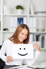 lächelnde frau zeigt smiley