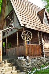 вид на деревянный дом