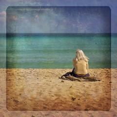 Donna sulla spiaggia con texture retro