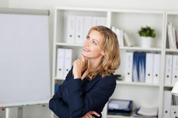 blonde frau plant ihre karriere