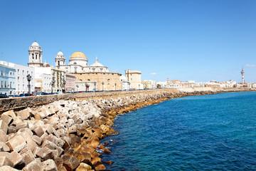 Küste von Cádiz mit Kathedrale, Spanien
