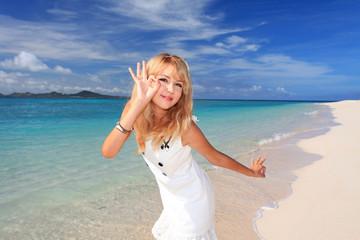 野甫島のビーチで遊ぶ笑顔の女性