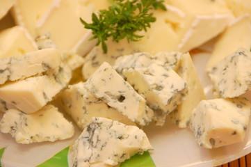 Сыр с плесенью на тарелке