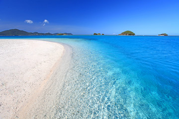 美しく透き通ったエメラルドグリーンの海