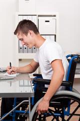 gehbehinderter mann am arbeitsplatz