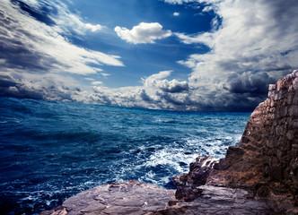 paisaje de oceano con acantilado
