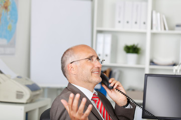 erfolgreicher geschäftsmann am telefon