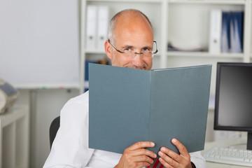 geschäftsmann liest eine bewerbungsmappe