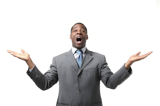 uomo d'affari africano su fondo bianco con braccia aperte