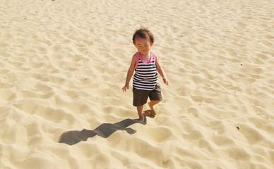 砂丘を歩く子供