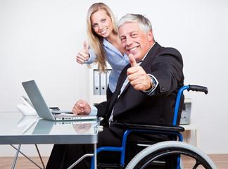 behinderter chef und angestellte zeigen daumen hoch