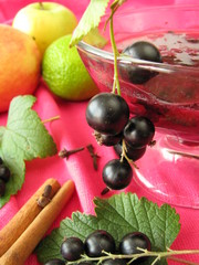 Cocktail mit Apfel, Johannisbeere und Limette