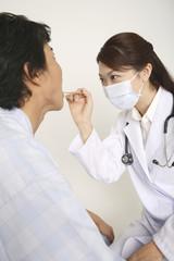 診察をする女医