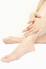 マッサージをする女性の脚
