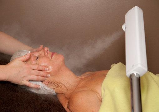 vapeur sur le visage pendant un soin du visage
