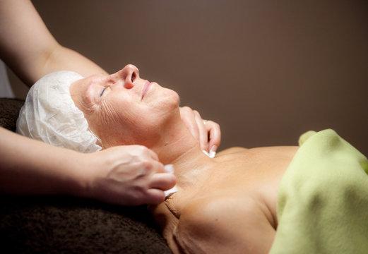 femme âgée - soin du visage