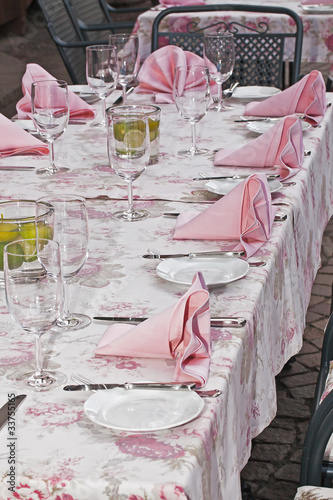 festlich gedeckter tisch in rosa stockfotos und lizenzfreie bilder auf bild 33755165. Black Bedroom Furniture Sets. Home Design Ideas