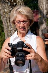 femme retraitée qui prend des photographies