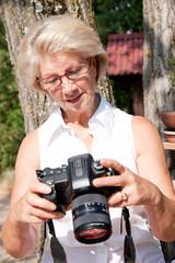 femme âgée photographiant