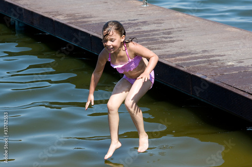 Mädchen beim Sprung ins Wasser Stockfotos und