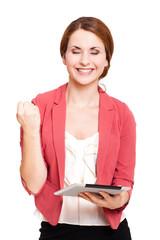 junge Frau mit Tablet und Erfolgsgeste