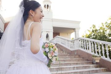 階段に立つ新婦の後姿
