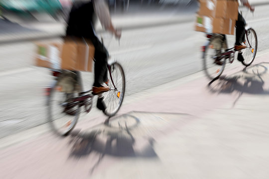 Doppelter Paketdienst auf dem Fahrrad