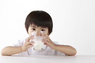 ミルクを飲む子供