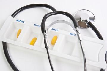 Tablettenration sortiert mit Stethoskop