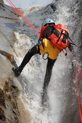 Mann im Wasserfall