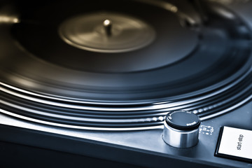 Schallplatte mit professionellem DJ Plattenspieler
