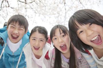 笑顔の小学生4人