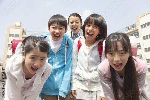 """笑顔の小学生4人と女性教師"""" Sto..."""