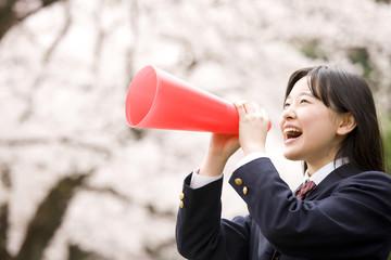 メガホンを使い叫ぶ女子中学生
