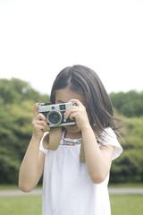 カメラで撮影する女の子