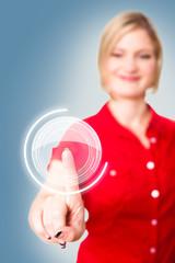 blonde Frau drückt virtuellen Knopf
