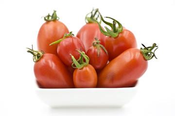 Органические помидоры в миске