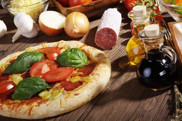 Salami Pizza, Öl und Balsamico Essig