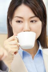コーヒーを飲むOL