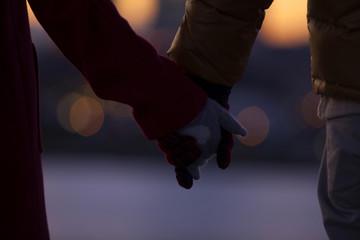 手をつないだカップルの手元