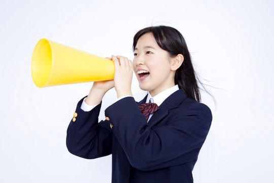 メガホンを持って叫ぶ女子中学生