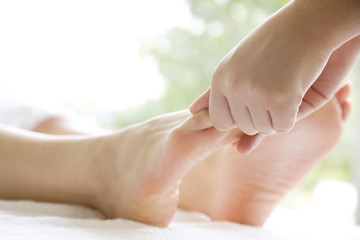 足のマッサージを受ける女性