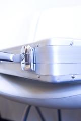 椅子に置かれたスーツケース