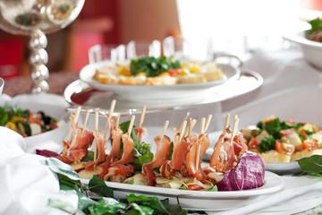 Schweinemedaillons mit Tomaten-Mozzarella und Serrano-Schinken