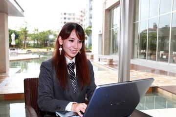 パソコンを使用している笑顔のオフィスレディー