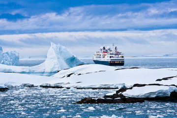 Papiers peints Antarctique Big cruise ship